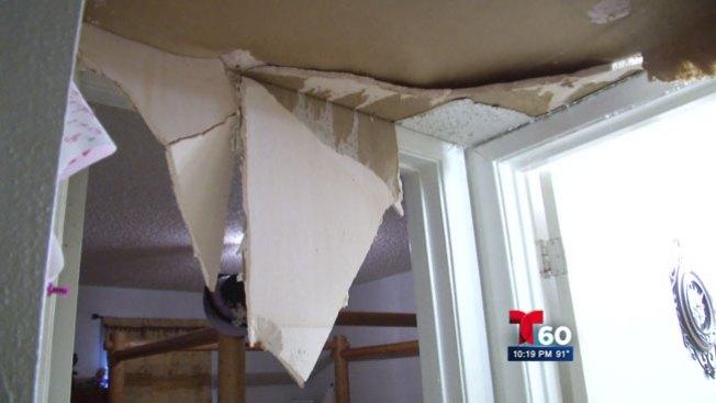 Familia denuncia apartamento inundado