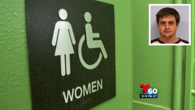 Mujeres grabadas en baños públicos