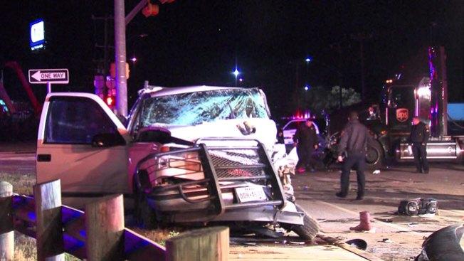 Hombre rescatado de auto tras choque