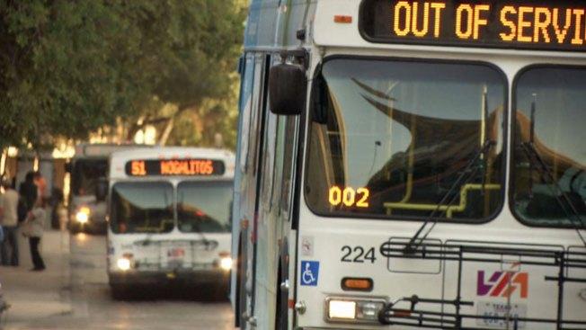 Mujer es golpeada al bajarse de autobús