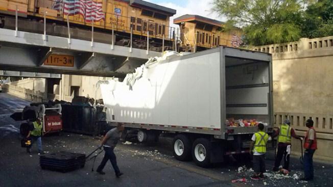 Camión atorado en puente por tercera ocasión