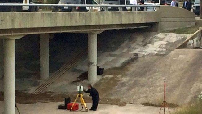 Hallan cadáver de mujer desnuda bajo puente
