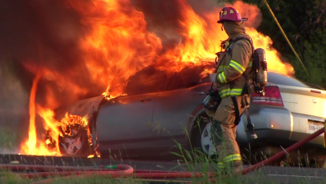 Auto se incendia en plena carretera