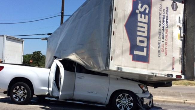 Camión cae encima de camioneta en accidente