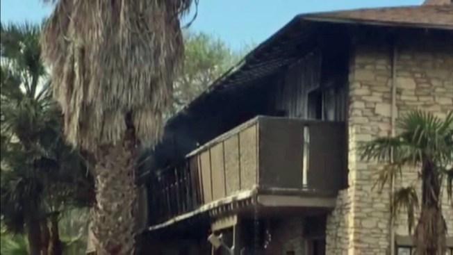 Bomberos combaten incendio en apartamentos