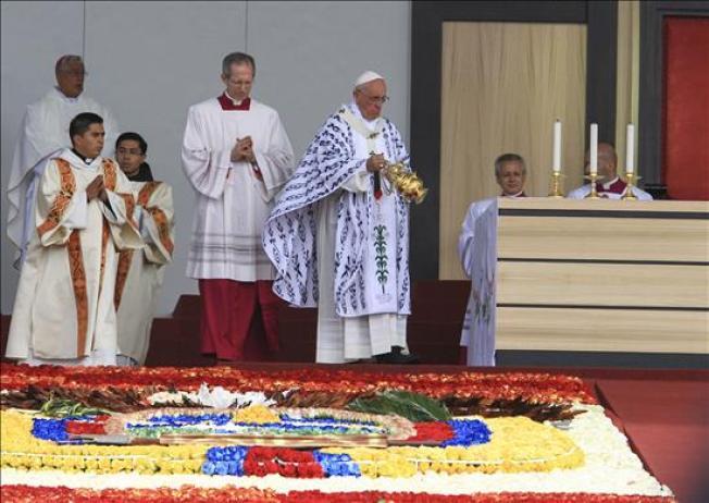 Papa Francisco celebra misa masiva en Quito