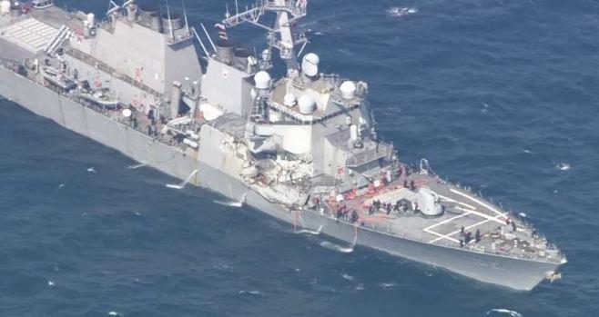 Buque con misiles choca con otro barco